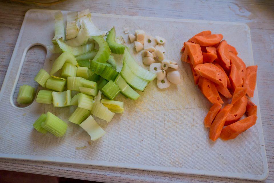 Нарезанный сельдерей, чеснок и морковь