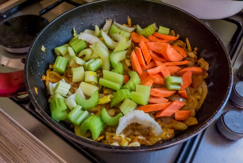 Добавляем сельдерей и морковь