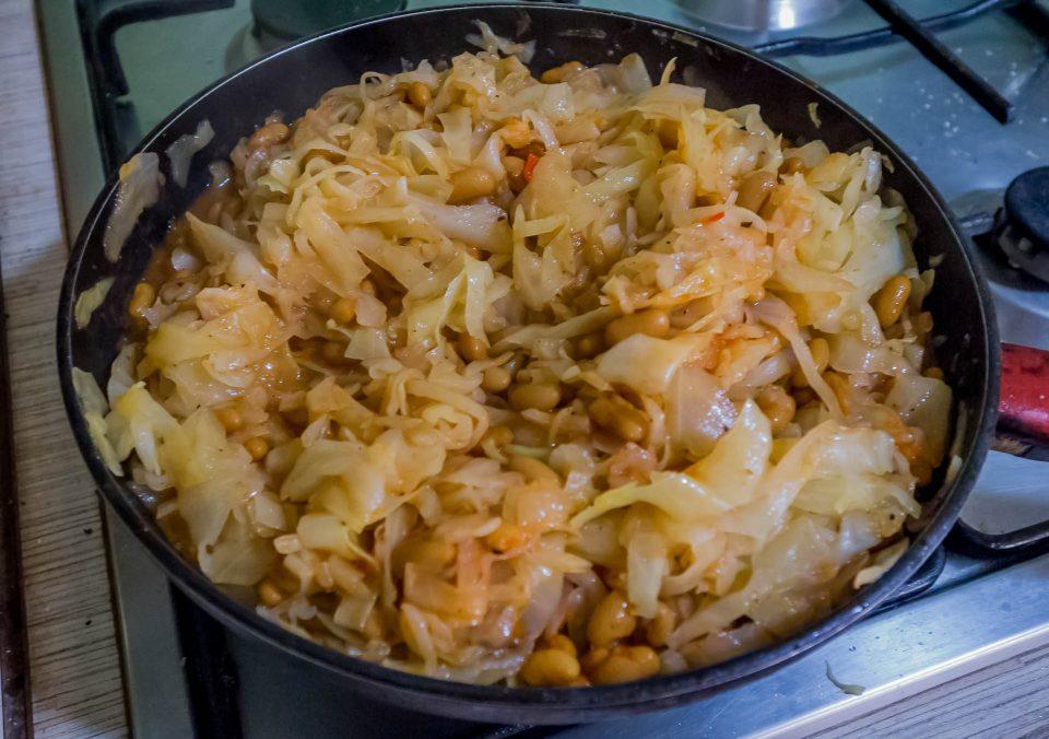 Тушиться на сковороде капуста с фасолью