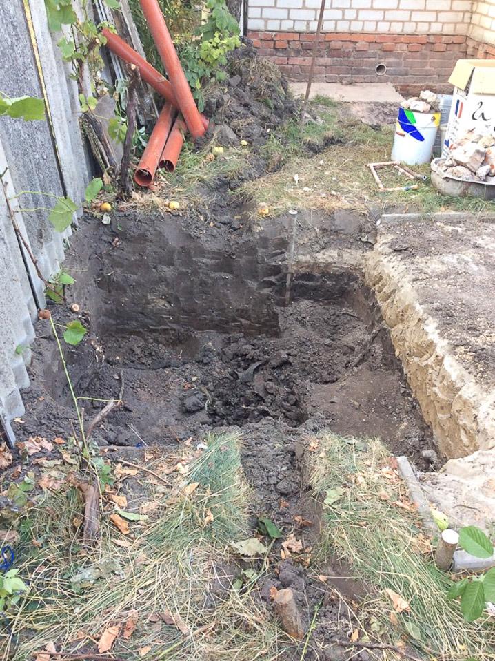 Начинаем капать яму под септик